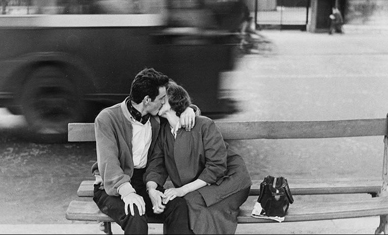 donna energia bacio giornata del bacio bianco e nero foto